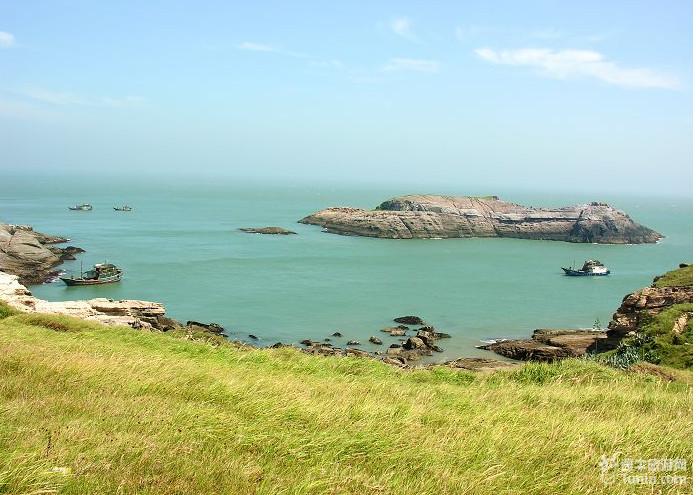 """海岛,状若雨伞张开,俗称""""雨伞礁"""",是海上一绝(见横幅活动"""