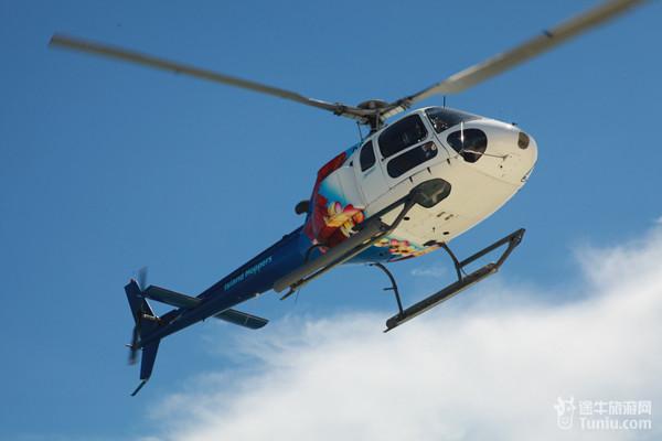 色彩绚烂的直升飞机