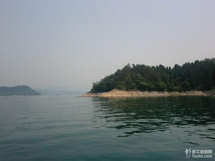 千岛湖水域面积575平方公里,比杭州西湖大100余倍,蓄水量178亿立方米