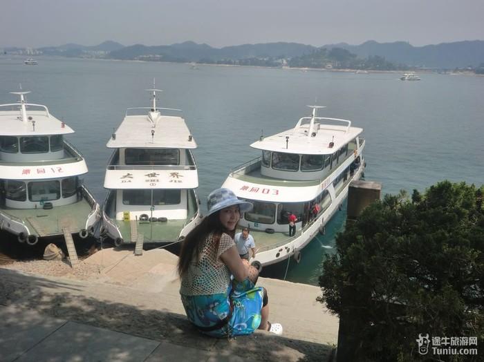 醉意千岛湖    千岛湖中以界首岛最大,面积近2000亩;龙珠岛最小,不足4
