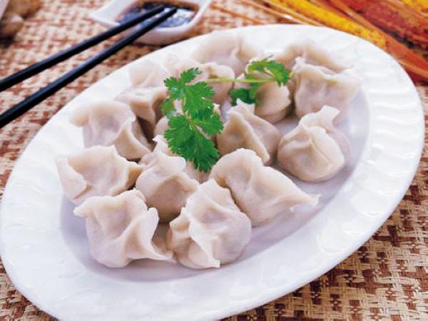 饺子因馅的不同可达30多个种类,并且香,形,味,器十分讲究,很合大多数