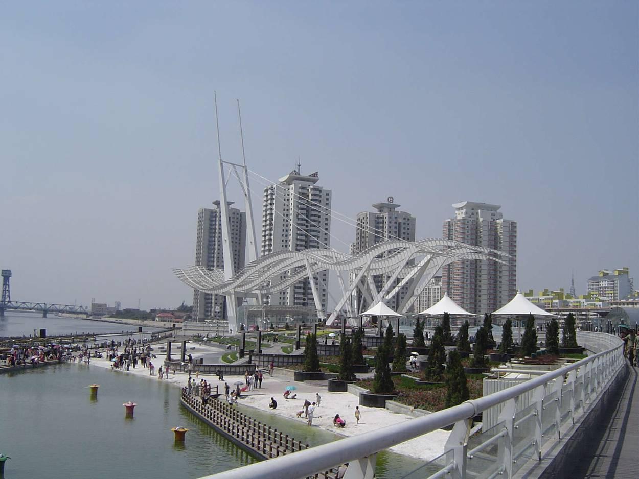 海河外滩公园开阔的空间无疑使其成为滨海地区最大的