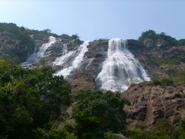 景点  白水寨 围绕白水仙瀑及奇峰秀色,景区内建有9999级登山步径,总