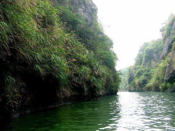 景点简介天生桥 天生桥公园又名凤凰井,位于天生桥旅游风景区内.