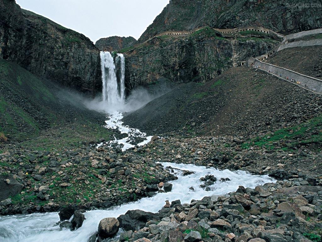 它形状好像加拿大亚尼亚加拉大瀑布,是世界最大的玄武岩瀑布.
