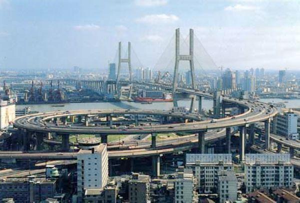 91年12月1日建成通车,这是我国第一座现代化的大型桥梁,它...
