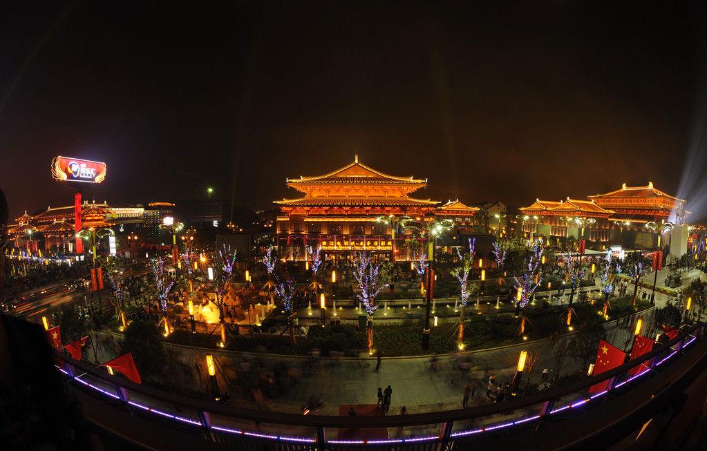 景点介绍:大雁塔广场 大雁塔广场:西北地区最大的
