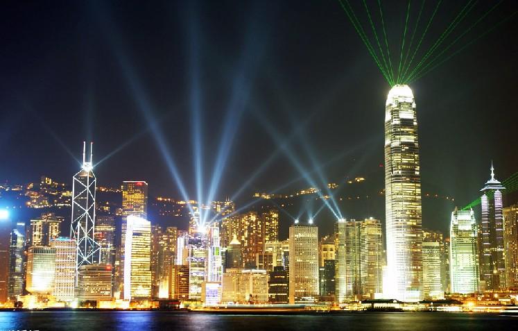 景点: 维多利亚港 维多利亚港位于香港的香港岛和九龙半岛之间的海港