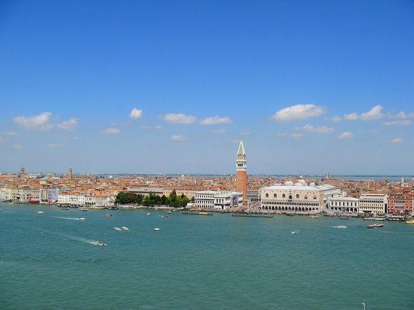 乘船到威尼斯本岛,巡览著名的叹息桥,威尼斯传统节目活动中心—圣马可